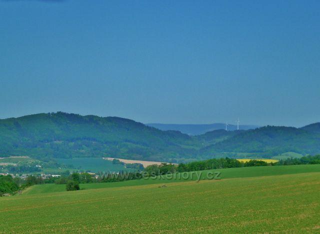 Nový Malín - pohled k Hanušovické vrchovině a k větrným elektrárnám nad Kopřivnou