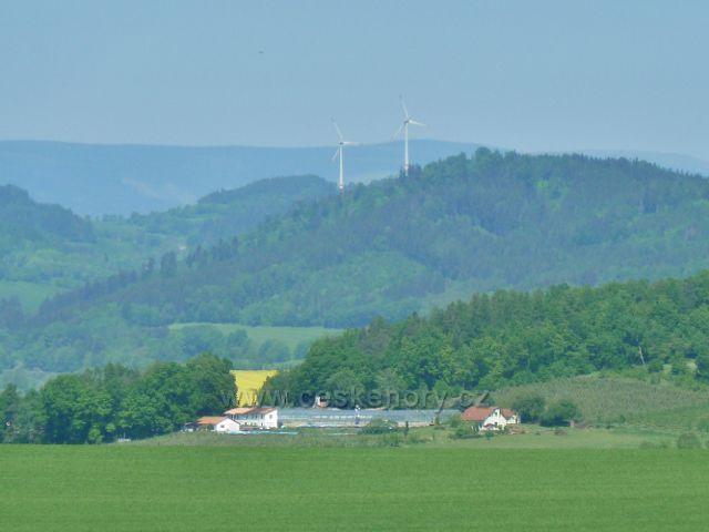 Nový Malín - pohled k větrným elektrárnám v Kopřivné nad Hanušovicemi