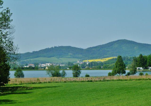 Nový Malín - vodní nádrž Krásné, v pozadí Šumperk a nad ním vrch Chocholík (548 m.n.m.) a vrch Háj (631 m.n.m.)