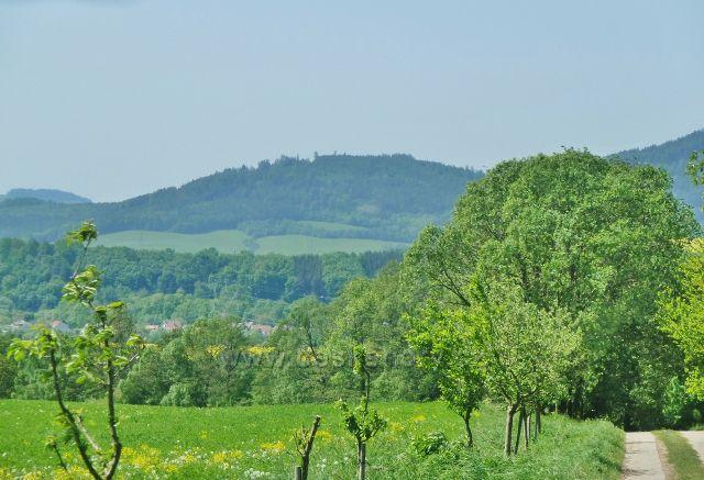Vikýřovice - pohled na vrch Chocholík (548 m.n.m.) nad Šumperkem