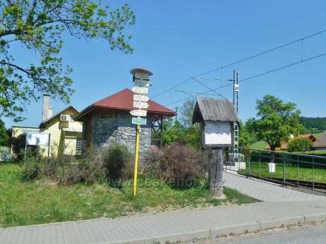 """Vikýřovice - turistický rozcestník """"Vikýřovice(žst,bus), 335 m.n.m."""""""