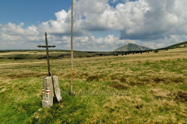 Rennerův kříž -  křížek věnovaný Jakubovi Rennerovi, bývalému majiteli Luční boudy, který tragicky zahynul v bouři.