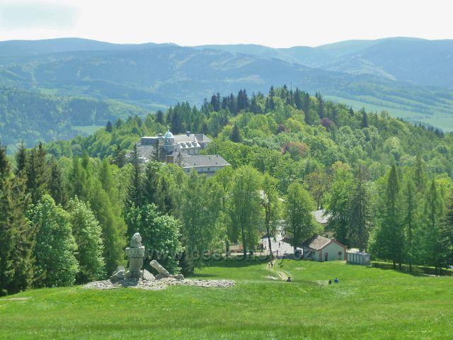 Lázně Jeseník - pohled z Jižního svahu na Priessnitzovo sanatorium