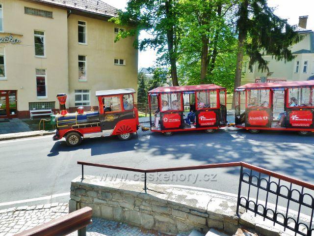 Lázně Jeseník - lázeňský vláček v zatáčce Priessnitzovy ulice