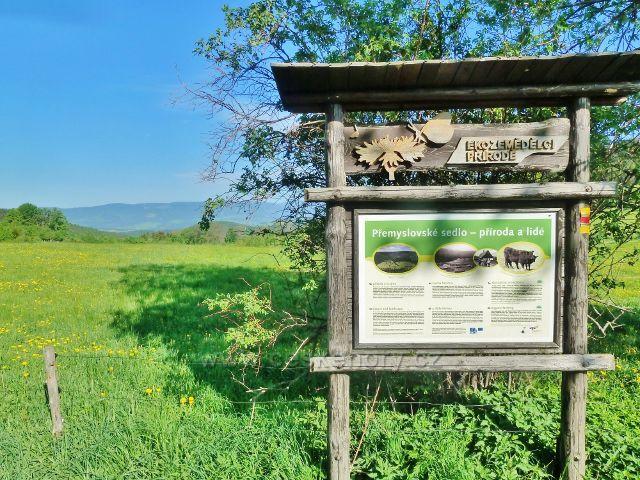 O ekologickém zemědělství praktikovaném v oblasti Přemyslovského sedla informuje panel u cesty ke Třem kamenům