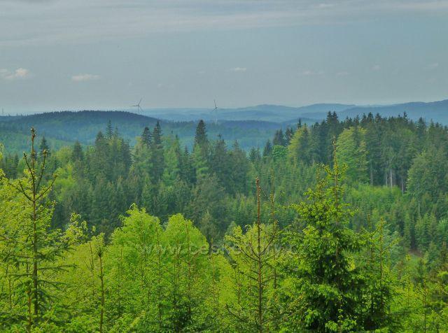 Pohled z úbočí Ucháče k Hanušovické vrchovině. Na obzoru vyčnívají větrné elektrárny nad Kopřivnou
