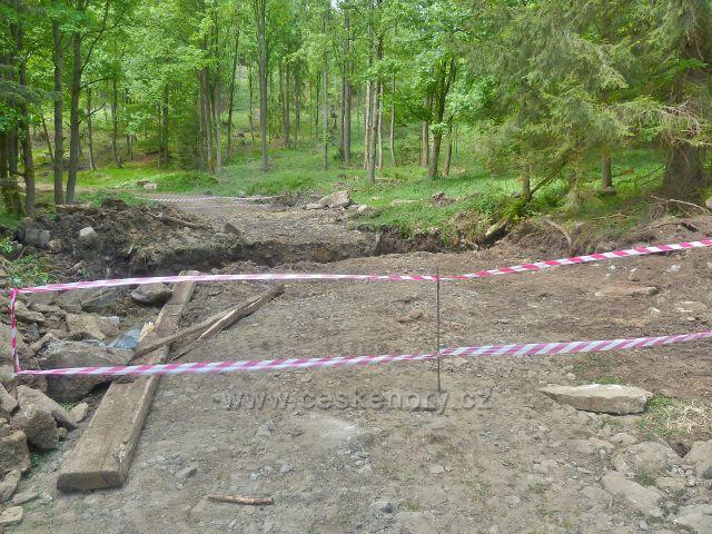 Výstavba nového přechodu cesty po červené TZ přes potok Losinku