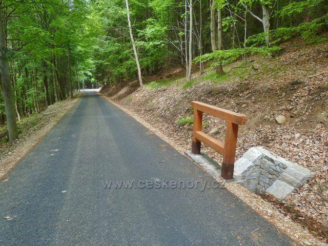 Nový úsek lesní silničky po modré TZ od rozcestí Pod Jelení skalkou