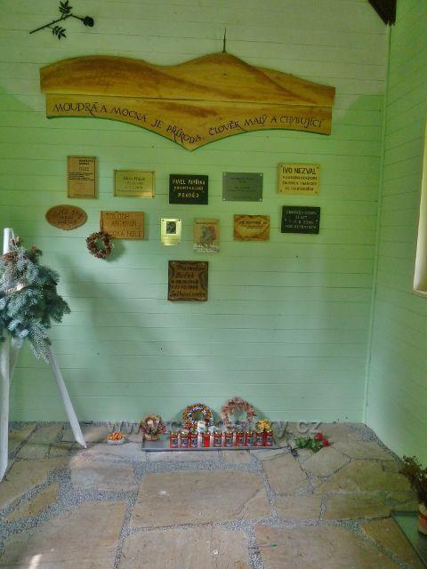 Interiér památníku obětem hor nad Červenohorským sedlem u turistické magistrály E3