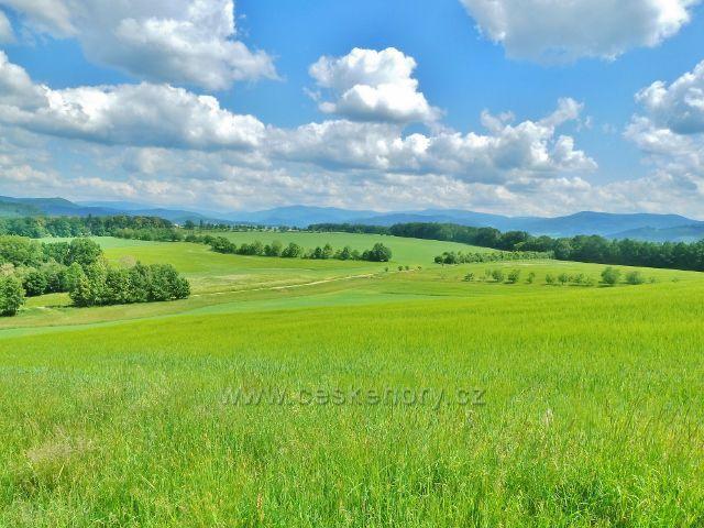 Bludov - pohled z úbočí vrchu Brusná na cestu z Bludova do Šumperka