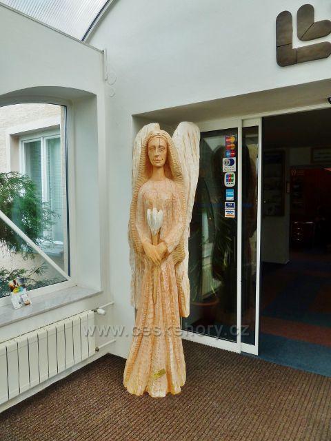 Bludov - plastika anděla  ve vestibulu hlavní lázeňské budovy