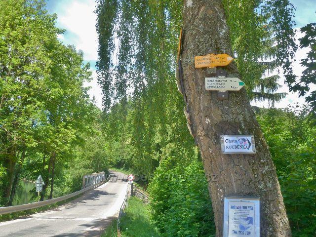 """Pastviny - turistický rozcestník """"Kraví skok, 488 m.n.m."""" V pozadí most """"Kraví skok"""" přes jednu ze zátok pastvinské přehrady"""