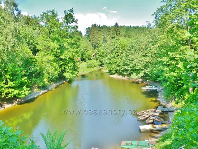 Pastviny - zaústění potoka Orlička do zátoky Pastvinské přehrady u Kravího skoku