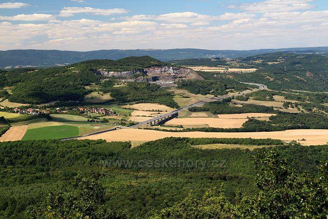 Výhled z Lovoše na lom Dobkovičky a D8