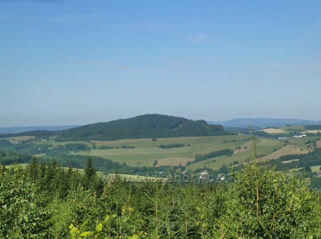 Mladkov - pohled na vrch Studený (721 m.n.m.) nad Těchonínem, vlevo obec Studené, vpravo Vlčkovice