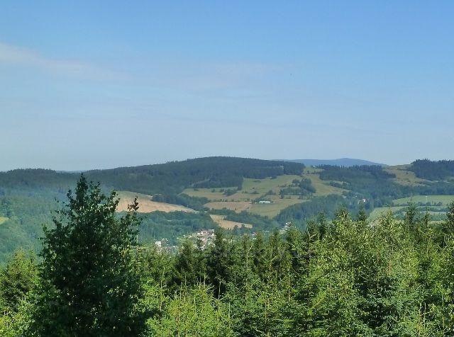 Mladkov - pohled na Mladkov v údolí Tiché Orlice. Nad ním se tyčí vrch Adam (765 m.n.m.) skrývající ve svých útrobách  jednu z největších dělostřeleckých tvrzí u nás