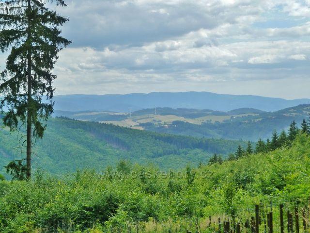 Bohdíkov - pohled ze silničky do Komňátek na Hanušovickou vrchovinu a větrné elektrárny nad Kopřivnou