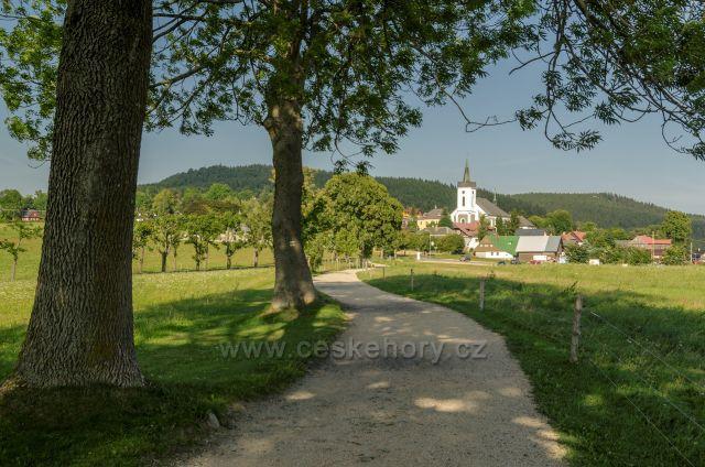 Příchovický kostel sv Víta z lesoparku.