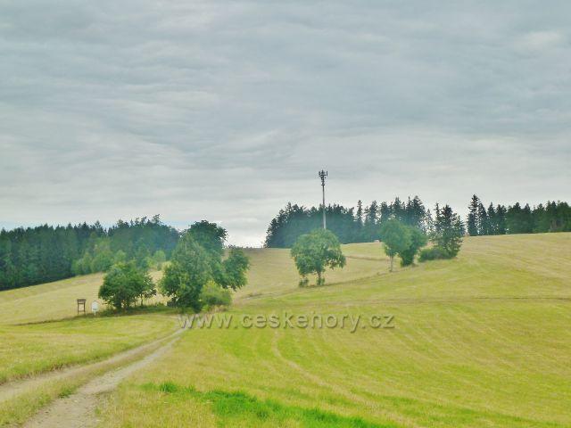"""Bohdíkov -rozcestí """"Rovinka"""" pod stejnojmenným vrchem nad Štědrákovo lhotou"""