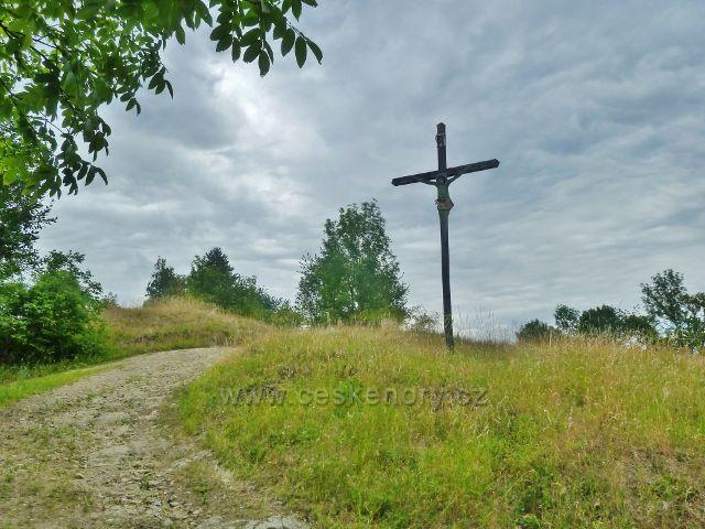 Bohdíkov - dřevěný kříž u cesty po žluté TZ nad Bohdíkovem