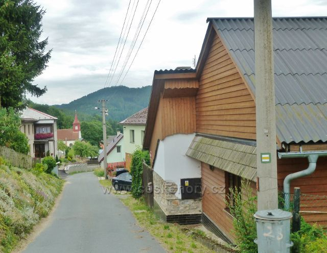 Komňátka - podhorskou obcí prochází asfaltová silnička