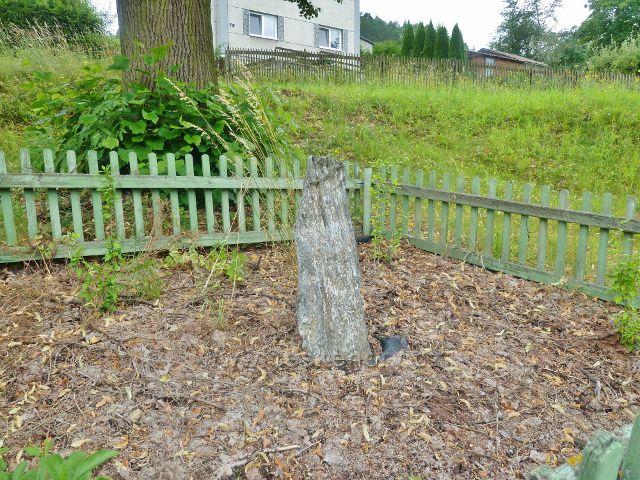 Komňátka - památný kámen pod lipou naproti kapli sv. Jana a Pavla