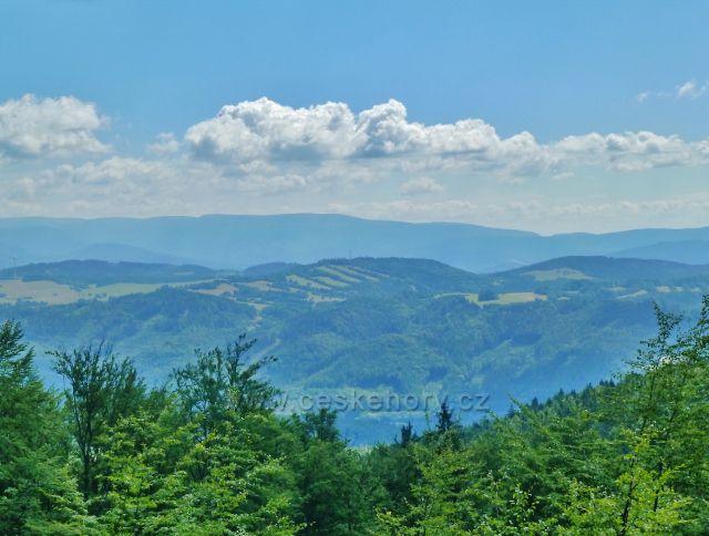 Malá Morava - pohled na Hanušovickou vrchovinu a pásmo Jeseníků z úbočí vrchu Bouda