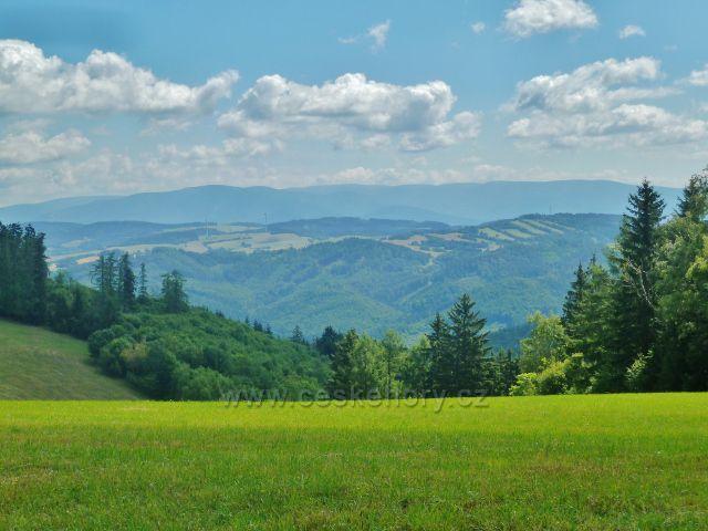 Štědrákova Lhota - pohled z luční enklávy k Hanušovické vrchovině a pásmu Jeseníků