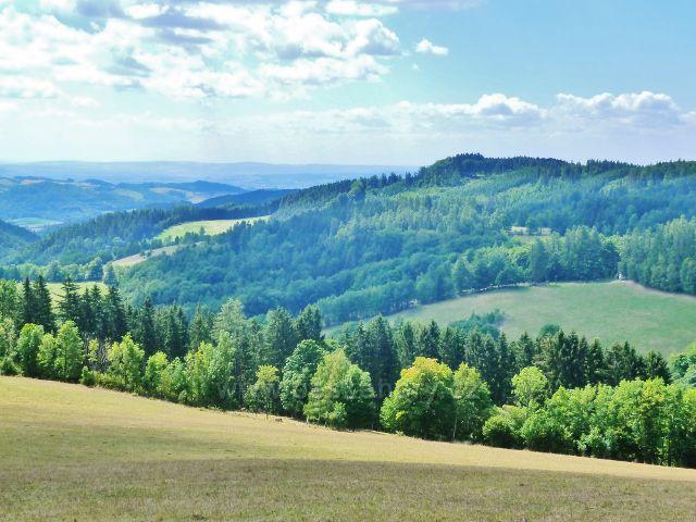 Štědrákova Lhota - pohled z výhledového místa od turistického přístřešku nad obcí na Hanušovickou vrchovinu
