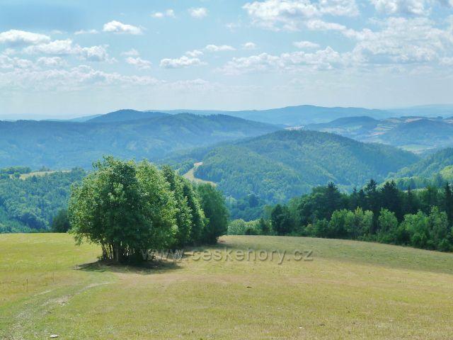 Štědrákova Lhota - pohled z výhledového místa nad obcí z trasy po zelené TZ na Hanušovickou vrchovinu