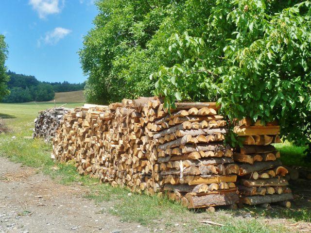 Štědrákova Lhota - zimní zásoby dřeva u chalup v horní části obce