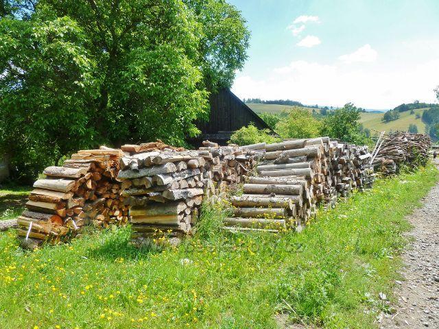 Štědrákova Lhota - zásoby dřeva u chalup v horní části obce