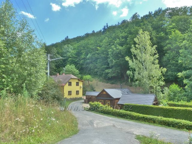 Štědrákova Lhota - asfaltová silnička vede až do Rudy na Moravěq