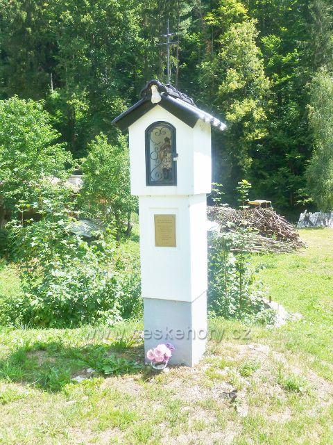 Štědrákova Lhota - výklenková kaplička sv.Jana Nepomuckého postavena v roce 2013 ke 100.výročí vysvěcení hřbitovní kaple