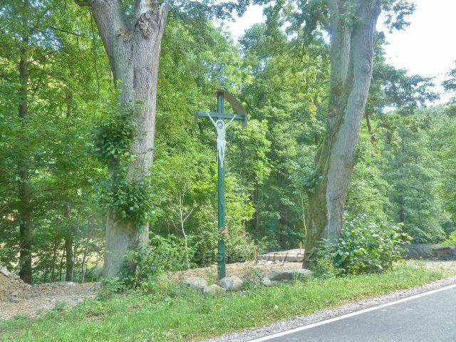 Štědrákova Lhota - dřevěný kříž u silničky nad Hostickým potokem