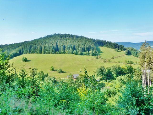 Horní Orlice - pohled z Hraběcí cesty na protilehlý vrch Kamenáč (729 m.n.m.)
