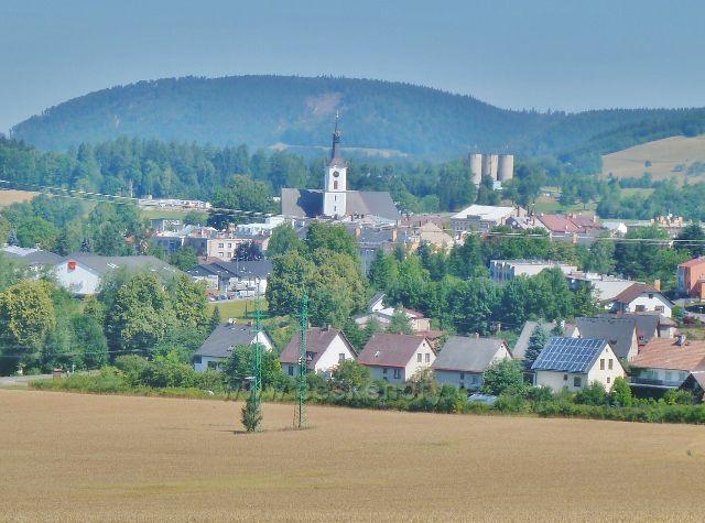 Králíky - pohled od vodárny na střed města s kostelem sv.Michaela Archanděla. V pozadí je vrch Urwista (794 m.n.m.), který se nachází na polském území