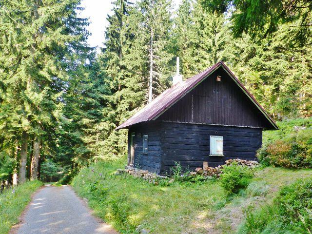 Zbojnická chata,kolem níž vede trasa po žluté TZ