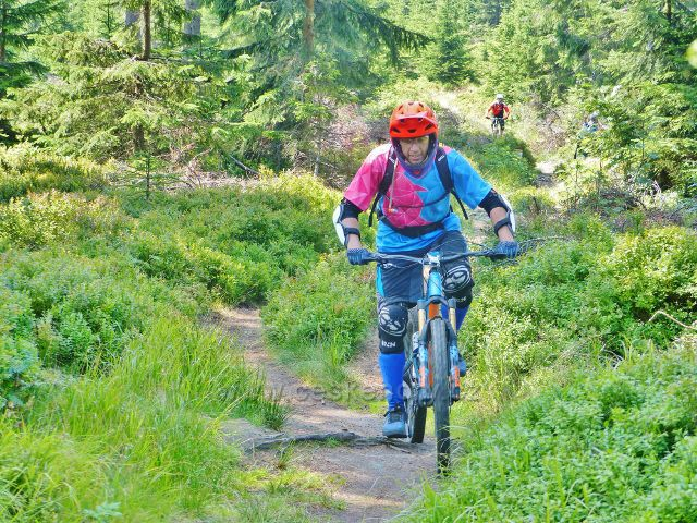 Dolní Morava - cyklisté na turistické stezce v sedle pod Klepým