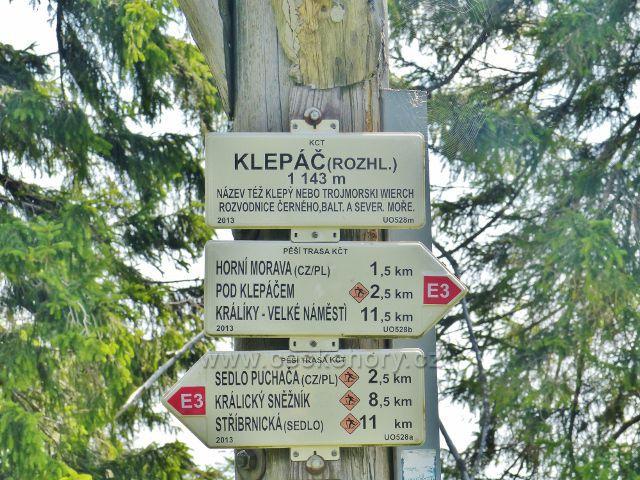 """Dolní Morava - turistický rozcestník """"Klepáč (rozhl.), 1134 m.n.m."""" umístěný na konstrukci rozhledny"""