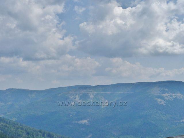 Dolní Morava - pohled z rozhledny Klepáč  na protilehlou vrstevnicovou cestu vedoucí pod hřebenem Slamníku, Podbělky, Uhliska a Sušiny