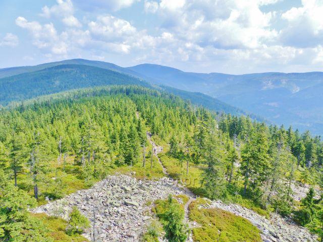 Dolní Morava - pohled z rozhledny Klepáč na ssuťová pole na vrchu Klepý