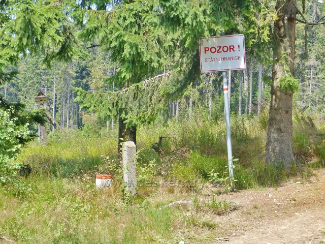 """Dolní Morava - """"Pozor,státní hranice ! """",hraniční tabule je jen vzpomínkou na zdejší hraniční přechod v sedle pod Jelením vrchem"""