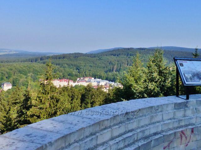 Mariánské Lázně - výhled z rozhledny Hemelika je omezen na bezprostřední okolí Slavkovského lesa a nepatrnou část lázeňských domů
