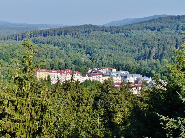 Mariánské Lázně - pohled z rozhledny Hemelika ke skupině lázeňských domů v horní části města.