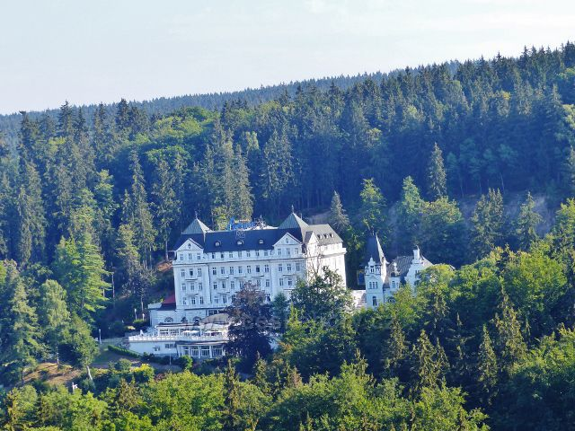 Mariánské Lázně - pohled ze Slalomáku na protilehlý lázeňský hotel Esplanade obklopený zelení Slavkovského lesa