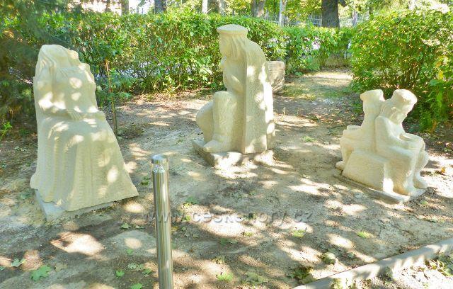 Mariánské Lázně - Sochařský Pohádkový Ráj před hotelem Krakonoš, z pohádky o Šípkové Růžence