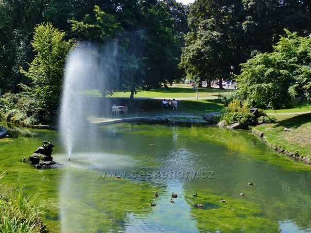 Mariánské Lázně - Malé jezírko s fontánou v sadech Václava Skalníka