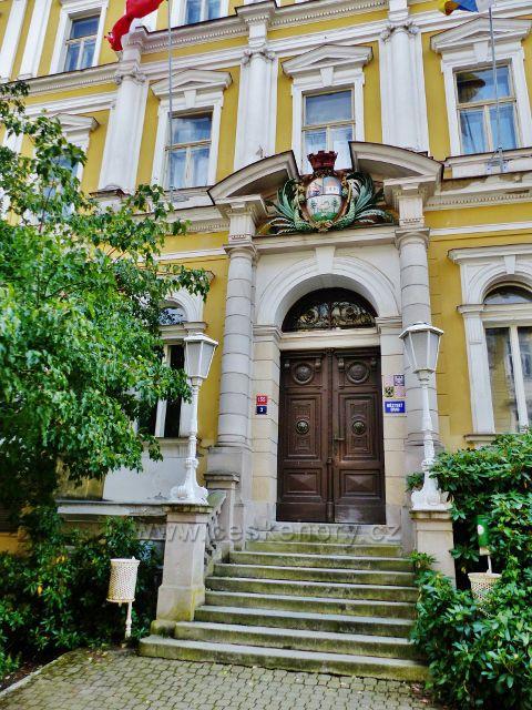 Mariánské Lázně - portál hlavního vchodu do budovy Městského úřadu