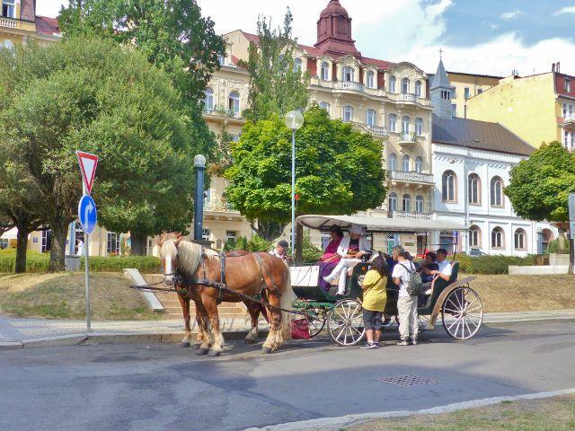Mariánské Lázně - stanoviště kočárů ve Vrchlického ulici na Mírovém náměstí